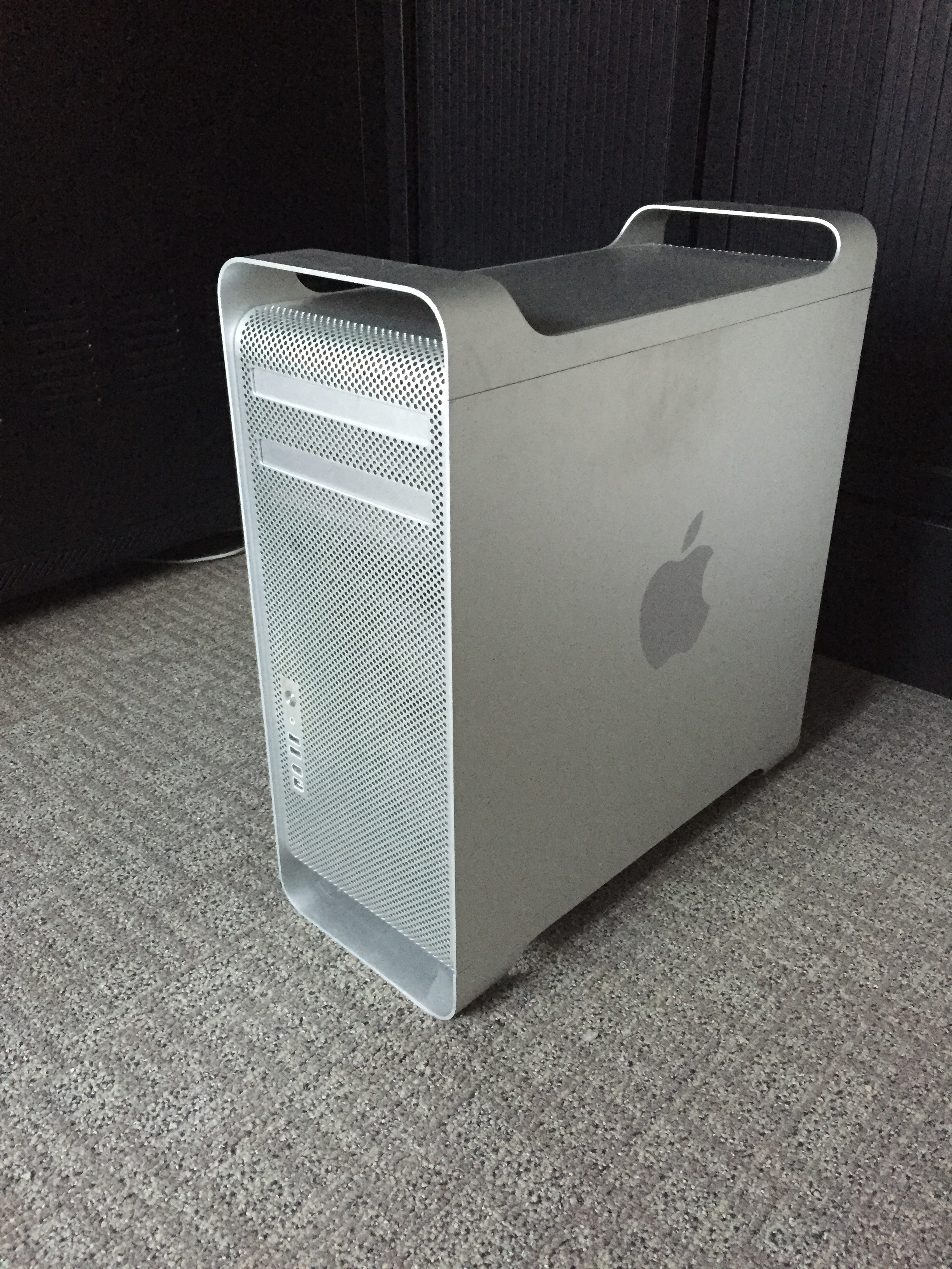 Apple Mac Pro 1,1 – € 595.00 – ( Upgraded Video Card )